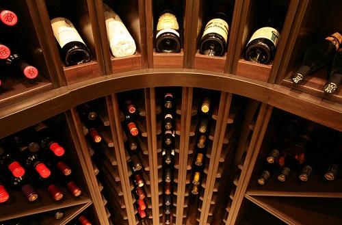 私人酒窖中实木酒架的几大特色