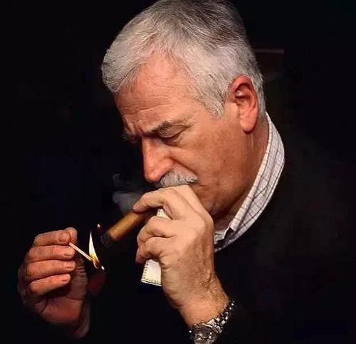 科普抽雪茄的姿势
