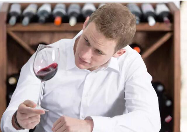 喝葡萄酒前为什么要摇杯?