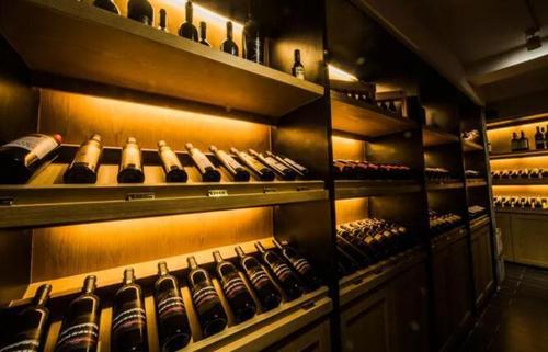 相親相愛的酒窖和葡萄酒