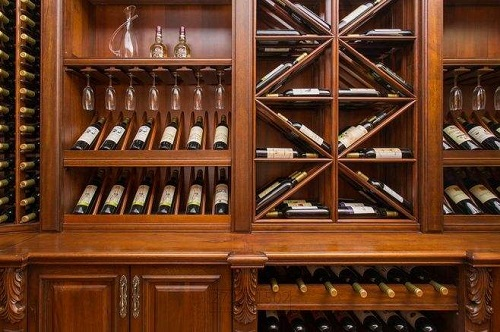 不是所有的葡萄酒都需平放或斜放!