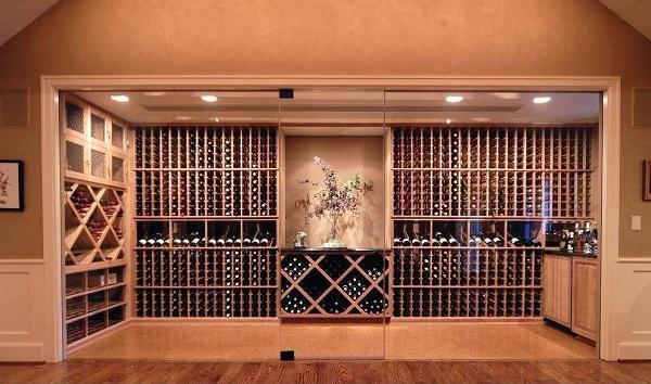 恒温酒柜里那些缠保鲜膜的葡萄酒